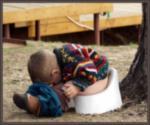 Приучаем к горшку  Как и когда приучить своего ребенка к горшку? Вот это является  очень сложным вопросом, ведь строгих правил и возрастных границ не существует. У всех детей этот процесс происходит совсем по-разному. Выяснилось, что капризный ребенок намного позже привыкает к горшку. Обычно, мальчики всегда отстают от девочек, ведь им труднее управлять своими мышцами, которые задействованы в данном процессе. Сложно приучить детей к горшку, если они уже приучены к памперсам.